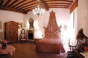 Castello in toscana greve in chianti appartamenti in for Mobili medievali