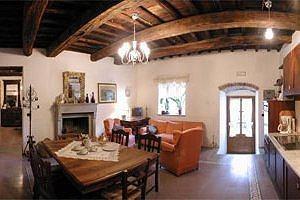 Castello in toscana greve in chianti appartamenti in for Travi in legno sul portico anteriore