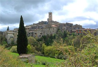 the historic center of san casciano dei bagni is characterized by the beautiful collegiate church of san leonardo which dates back to 1300 and is a fine